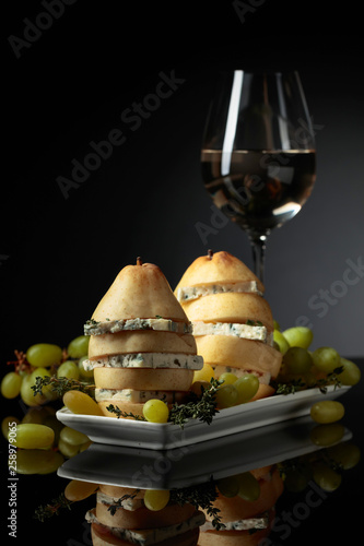 Foto auf Leinwand Indien Blue cheese and white wine.