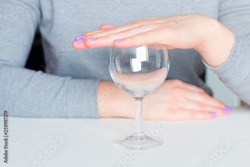 Photo young woman and empty glass - refusal of alcohol
