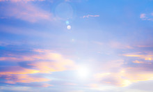 Rayos De Luz En El Cielo Azul