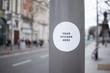 Sticker Mockup auf Straßenlaterne in einer Stadt mit großer Straße