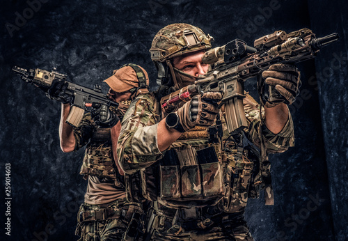 Fotografía  Private security service contractors, the elite special unit, full protective soldiers aiming at the targets