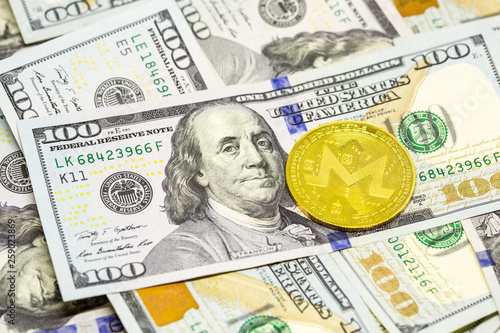 Fotografía  Cryptocurrency displayed on dollar bills
