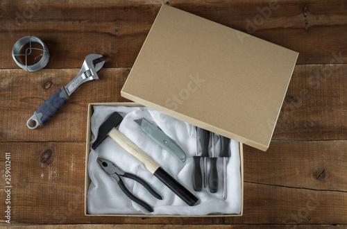 Photo Una caja con herramientas para hacer bricolaje y trabajos manuales sobre un fond