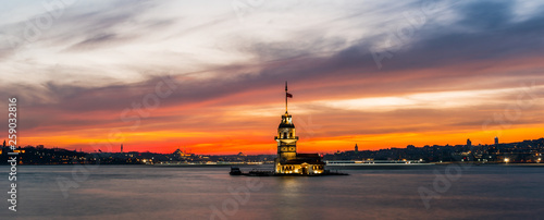 Photo Maiden's Tower with sunset sky in Istanbul, Turkey (KIZ KULESI - USKUDAR)