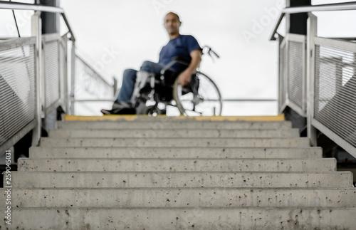 Rollstuhlfahrer Rollstuhl vor unpassierbarer Treppe Wallpaper Mural