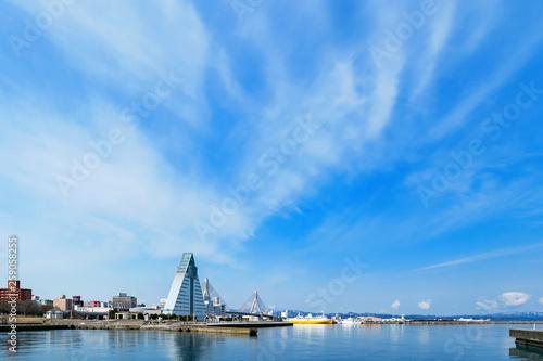 Photo 【青森県青森市】早春の青森ベイエリア、晴天の青空