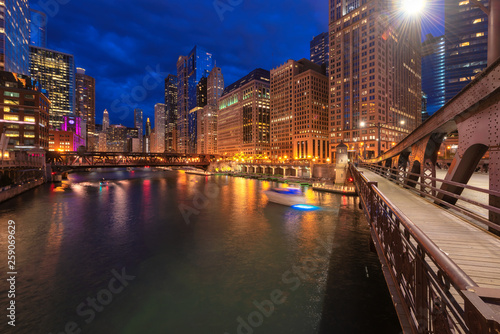 In de dag Kanaal Night view of Chicago city and bridges cross river in Chicago, Illinois