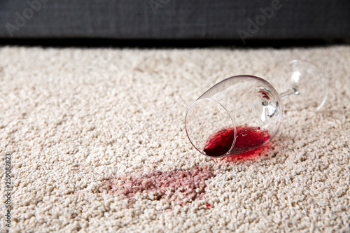 Glass of wine spilled on carpet Billede på lærred