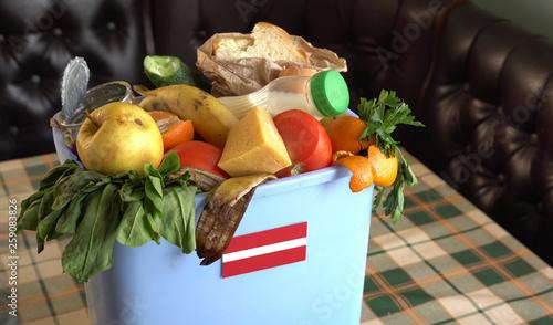 Cuadros en Lienzo Food waste in Trash Can