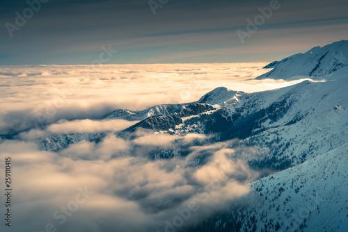 Chmury nad tatrzańskimi szczytami górskimi.