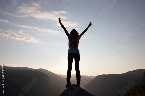 Fototapeta Silhouette einer Frau am Gipfel obraz na płótnie