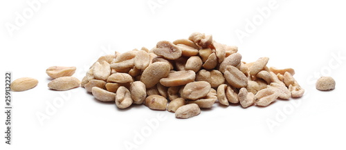 Fotografía  Salted and marinated peanuts, pile isolated on white