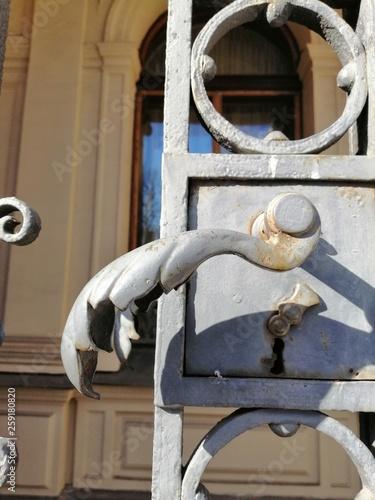 Fotografiet  old metal gate handle decoration detail