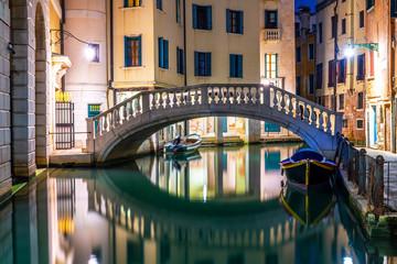 Kanał w Wenecja przy nocą z cumować gondolami, Włochy