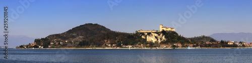Fotografering  Lago Maggiore e rocca d' Angera in Italia, Maggiore lake and Angera Fortress in