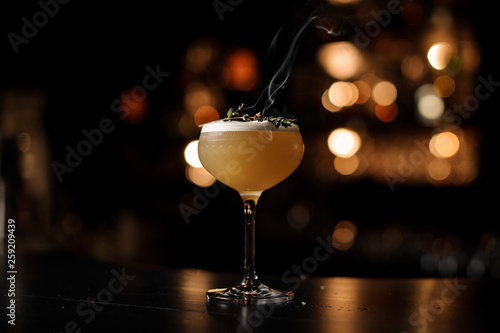 Fotografia Light brown cocktail on a bar counter