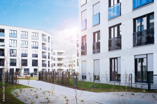 Neubaugebiet, neuer Wohnkomplex mit Wohnungen Wallpaper Mural