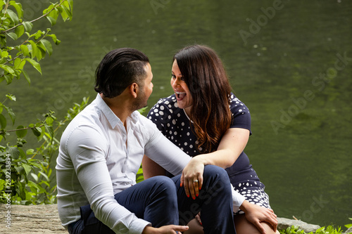 Photo Young Man And Woman Romantic Couple Hug and Kiss In Central Park, New York City