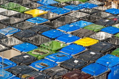 Photographie  Ansammlung von Mülleimern