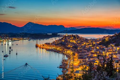 Greckie miasto Poros w nocy, Grecja