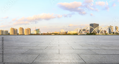 Photo  Empty square floor and city skyline panorama with bridge construction in shangha
