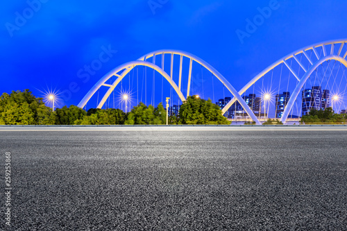 Photo  Empty asphalt road and bridge construction in shanghai at night