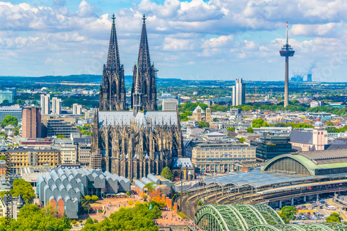 Fotomural  Aerial view of the cathedral in Cologne, Germany