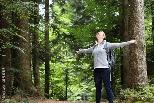 Fotografie, Obraz  Frau glücklich im Wald