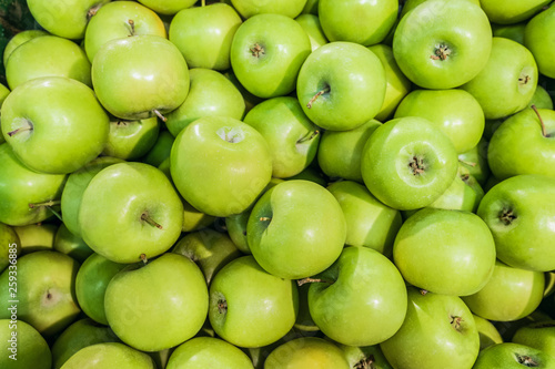 Tableau sur Toile Granny smith  green apples. Raw fruit background. Top view.