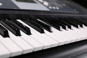 Fortepianowy instrument klawiszowy, skład na białym tle.