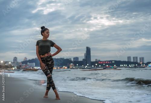 Photo A young girl enjoys a walk on the ocean