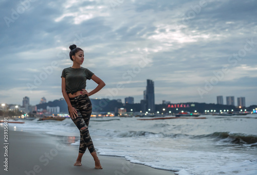 Obraz na plátně A young girl enjoys a walk on the ocean