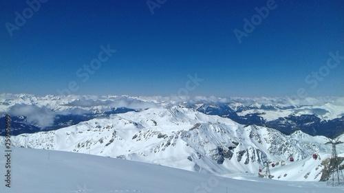 Papiers peints Bleu nuit Paysage de montagnes enneigées, Glacier des Alpes, Station de ski, La Plagne, Savoie, France