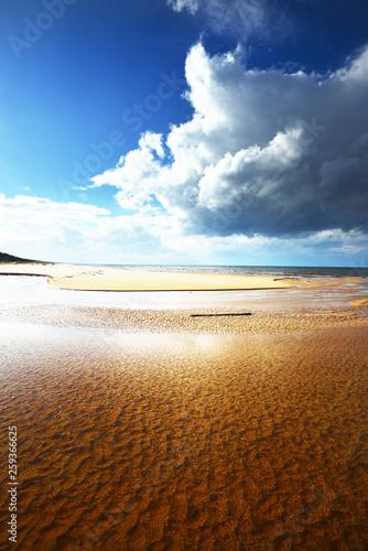 wiosenny-krajobraz-widok-na-wybrzeze-i-morze-baltyckie-w-pogodny-sloneczny-dzien-chmury-fale-i-wiatr-lotwa