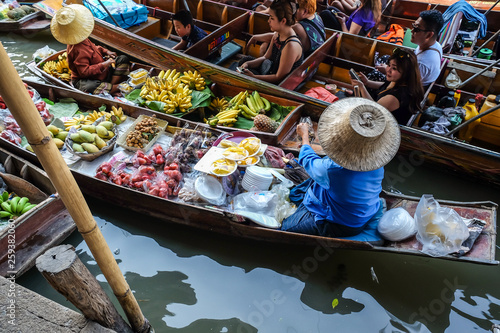 Foto  Damnoen saduak floating market selling with food and drink from farm