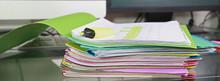 Pile De Dossiers De Travail Sur Un Bureau