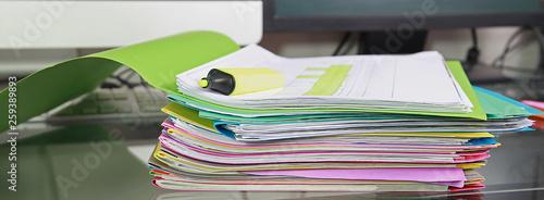Pile de dossiers de travail sur un bureau Canvas Print