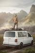 canvas print picture - Mann steht auf einem Transporter in der Natur