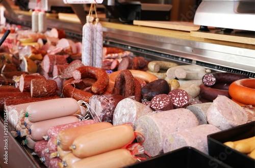 Auswahl feiner Wurstwaren in einem Geschäft Fototapete