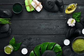 Spa Wellness Relax concept. Czarne kamienie i akcesoria do masażu i SPA. Widok z góry. Wolne miejsce na Twój tekst.