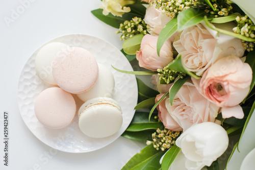 Foto auf Leinwand Macarons Elegant sweet macarons and pastel colored beige flowers