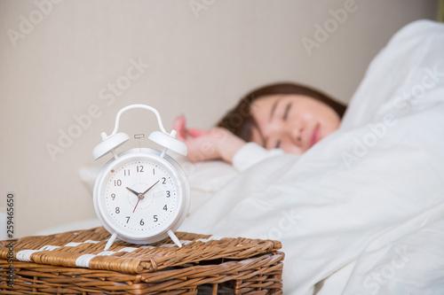 寝る女性(時計にピント) Fototapet