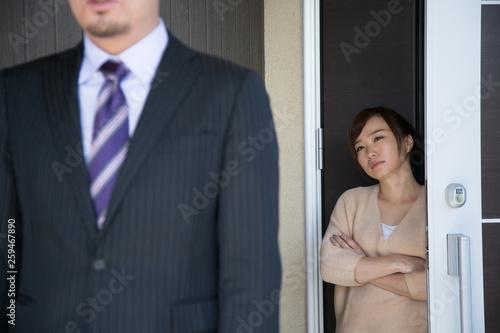 Fotomural 玄関で夫を送り出す妻