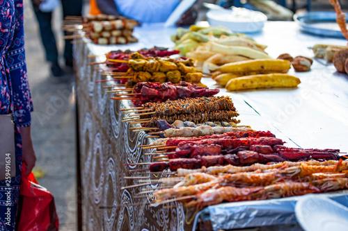 Montage in der Fensternische Sansibar Street food Forodhani on the waterfront, Stone town, Zanzibar.