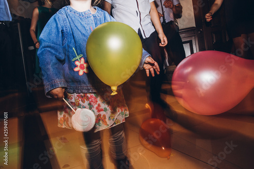 Photo  child playing with balloons at party disco at wedding ceremony reception