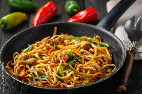 Spoed Fotobehang Eten Chow mein with chicken, Chinese dish.