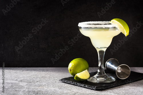 Fotografía Margarita cocktails with lime in glass on gray background