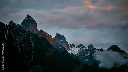 Die letzten Sonnenstrahlen an den Berggipfeln. Wallpaper Mural
