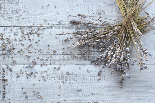 dry lavender flowers bunch on wooden background Canvas-taulu