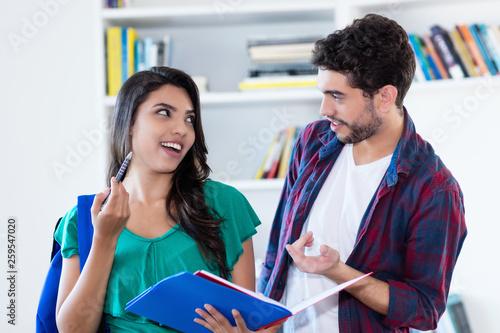 Zwei Studenten diskutieren Canvas Print